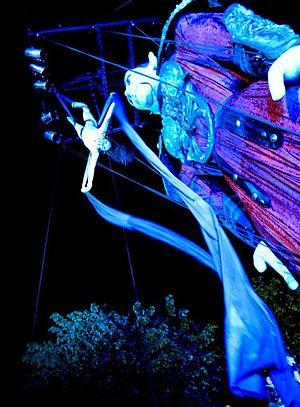 Street theatre - Acrobatics over Salvador: La Marioneta Gigante by Spanish company Carros de foc