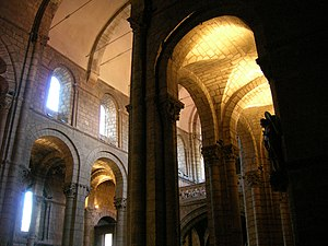 Spanish Romanesque - Lateral nave (with edge vaults) and central nave (barrel vault) of the church of San Isidoro de León (left, startup of lobed arch of transept).