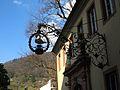 Schmiedeeisernes Gasthausschild im Innenhof an einem Seitentrakt des Kurpfälzischen Museums Heidelberg.JPG