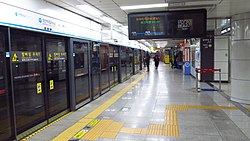 Seoul-metro-418-Sungshin-womens-university-station-platform-20181126-095252.jpg