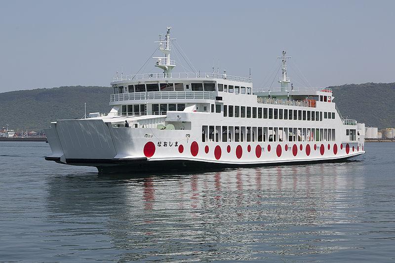 宇野港と直島と高松港を行き来する水玉模様のフェリー