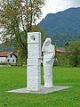 "Skulptur ""Durchblick"" von Linda Blüml, Kurpark Grassau.jpg"