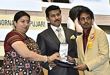 Smriti Irani presenting the Rajat Kamal Award to Sankalp (Best Telgu Film) for the Feature film – GHAZI, at the 65th National Film Awards Function, in New Delhi.JPG