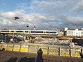 Sprinter op spoorviaduct in Delft de laatste dagen.jpg