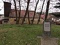 Stráž pod Ralskem - pomník skladatele H. I. Bibera, v pozadí stará hasičská zbrojnice.JPG