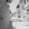 Straat in de wijk Mea Shearim, daarin hangt wasgoed aan lijnen om te drogen, Bestanddeelnr 255-2464.jpg