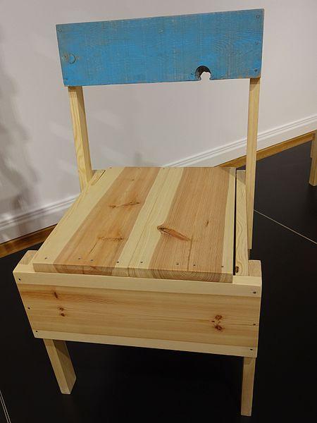 File stuhl produziert von cucula refugees company for for Stuhl design berlin