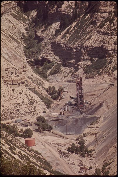 File:THE COLONY PLANT (NEAR GRAND VALLEY IN THE PICEANCE BASIN) AFTER YEARS OF RESEARCH, HAS TAKEN OIL SHALE FROM AN... - NARA - 552686.jpg
