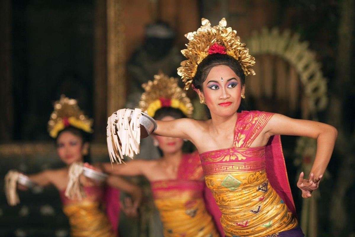 Tari pendet merupakan salah satu tari tradisional yang cukup terkenal dari Bali