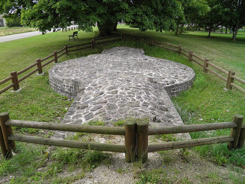Photographie des fondations restaurées d'un reste de rempart protégeant le cœur de la cité.
