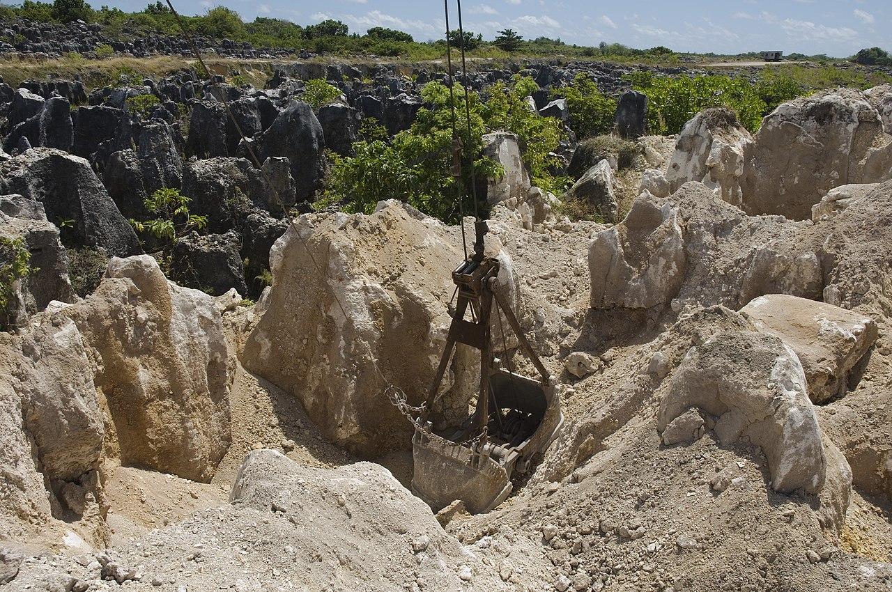 Puncak batu kapur tetap ada setelah penambangan fosfat di lokasi salah satu tambang sekunder Nauru