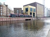 Tram langs afwateringskanaal.jpg