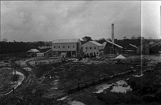 Moengo - Image: Tropenmuseum Royal Tropical Institute Objectnumber 60006898 Bauxietfabriek van Moengo