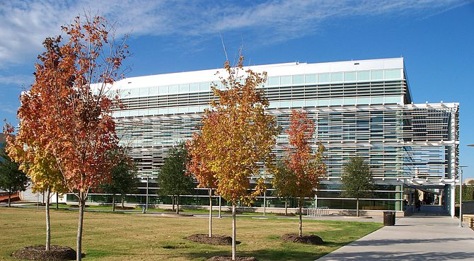English: UT Dallas' 74,000-square-foot (6,900 ...