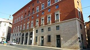 Edificio romano di via delle Botteghe Oscure al numero 4, già sede del Partito Comunista Italiano (foto del 2016, anno in cui è sede del Consorzio Bancomat)