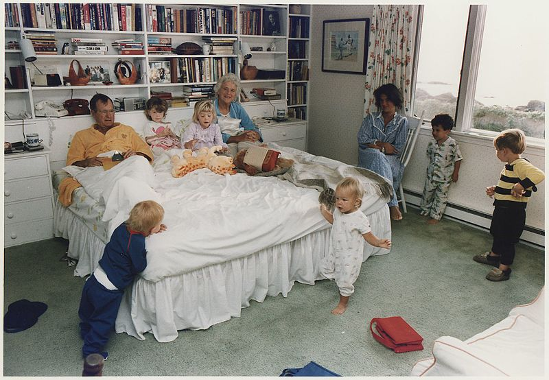 George, Barbara Bush with their family, 1988