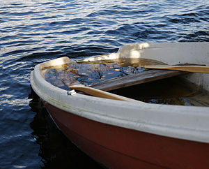 English: Almost sunken boat.