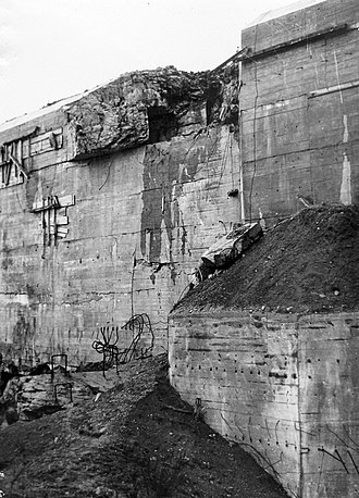 Blockhaus d'Éperlecques - Damage caused by a Tallboy bomb to the roof on the south side of the bunker, 1951