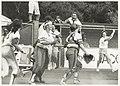 Zesde Haarlemse Softbalweek. Het einde van de finalewedstrijd Nederland-Italië. Op de voorgrond Marjolein de Jong en Jolanda Droog, op de achtergrond coach George Presburg., NL-HlmNHA 54032148.JPG
