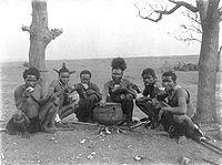 Los antropólogos británicos se especializaron en el estudio de las sociedades colonizadas por la Corona británica. Radcliffe-Brown decía que la antropología social tenía por objeto el conocimiento de aquellas sociedades para apoyar la tarea de los administradores coloniales. En la imagen, un grupo de zulúes comiendo.