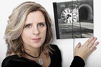 """Zuzana Maléřová - Portrét s knihou """"Šťastná hodina"""".jpg"""