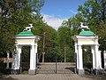 Ворота главного въезда с фигурами, Валуево.jpg