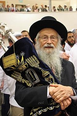 הרב זלמן מלמד בכניסה לבית המדרש של ישיבת בית אל