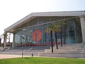 Teatro Nacional de Cataluña, encarnado en la forma de un templo griego. Se ve la mezcla del formas antiguos y técnicas constructivas de vanguardia