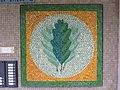 1210 Langfeldgasse 12 - Stg 40 - Großfeldsiedlung - Hauszeichen-Mosaik Eichenblatt von Gerhard Wind IMG 3419.jpg