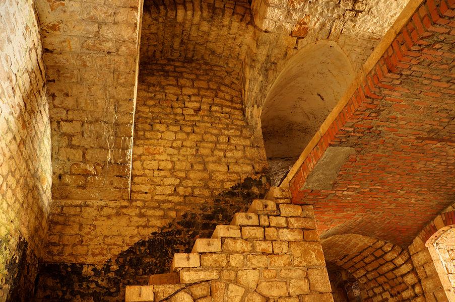 This file was uploaded  with Commonist.         This photograph was taken with a Nikon D300.    Fort du Lomont: escalier en colimaçon permettant d'accéder sur les dessus de la batterie Nord (HDR).