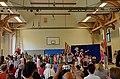 2015-07-03 Grundschule Goetheplatz, Hannover, Schulfest mit Kinderliedermacher Unmada (44) Mitmachkonzert in der der Turnhalle, Kinder singen, Eltern filmen.jpg
