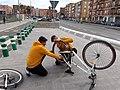 2020-02-25 Reparació improvisada de bicicleta a Xirivella.jpg