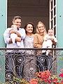 Aécio Neves com sua mãe, filhos e esposa.jpg