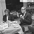 Ada Kok (r). en Klenie Bimolt terug uit USA, hier in restaurant op Schiphol, Bestanddeelnr 918-6507.jpg