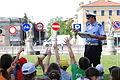 Agente di Polizia Municipale durante una lezione di educazione stradale.jpeg