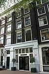Onderdeel van een drie huizen omvattend pand met lisenengevel onder rechte lijst en vensterfrontons