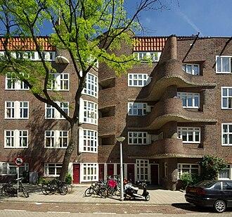 Margaret Staal-Kropholler - Margaret Staal-Kropholler: apartment building, Holendrechtstraat 1-47, Amsterdam (1923)