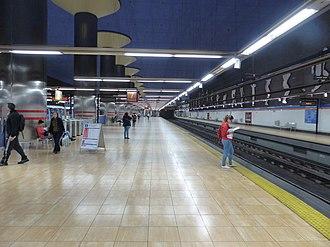 Estadio Metropolitano (Madrid Metro) - Image: Andén dirección Barrio del puerto con gente, Estación Estadio Olímpico, Línea 7, Madrid, España, 2015