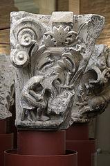 Sculpteur taillant un chapiteau