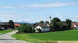Nordöstliche Ortseinfahrt von Antdorf im Landkreis Weilheim-Schongau (St 2038).