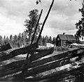 Anton Norsas bolig meD skigard i forgrunnen, Abraure 1948 - Norsk folkemuseum - NF.05116-045.jpg