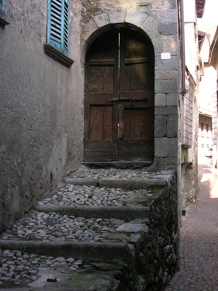 File asso entrata casa magnocavallo jpg wikipedia for Decorazione entrata casa