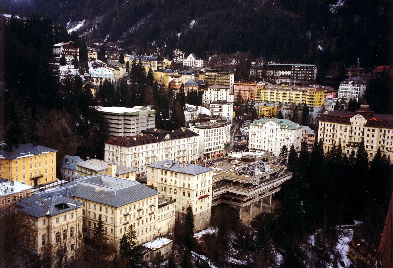 Blick auf den rechts des Wasserfalls liegenden Teil des Ortszentrums mit Kongresshaus, Rathaus und Hotelanlagen (Aufnahme: 1997)