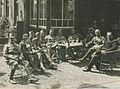 Belangstellende officieren langs de Mookse baan op de vierde dag van de 23e Vier – F40426 – KNBLO.jpg