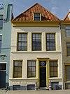 foto van Huis met lijstgevel, pui, gepleisterd. Dakkapel Voordeuromlijsting met tandlijstjes. Stoeptreden