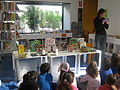 Bibliotecaria amb nens a la Bibiloteca.JPG