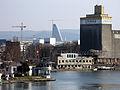 Blick von der Dreiländerbrücke über den Basler Hafen auf den Roche-Turm 1.jpg