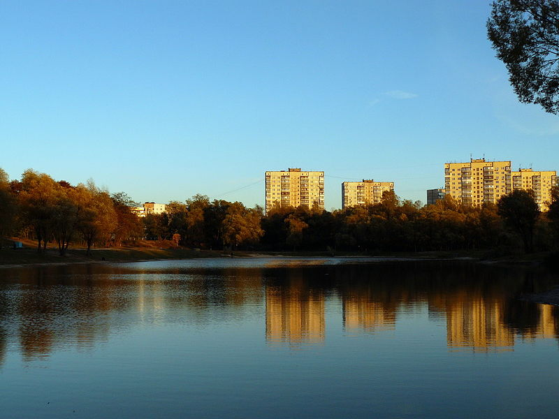 http://upload.wikimedia.org/wikipedia/commons/thumb/3/37/Blue_lake_in_Kiev.jpg/800px-Blue_lake_in_Kiev.jpg