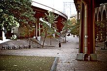 Die Brooklyn Banks, ein Skatepark aus Ziegelsteinhindernissen unter einer Reihe von Stahlviadukten