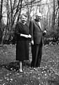 Bundesarchiv B 145 Bild-F015447-0012, Bonn, Ludwig Erhard mit Ehefrau im Garten.jpg